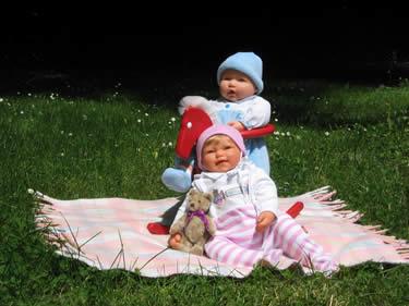 Zwei Puppenfreunde auf der Wiese