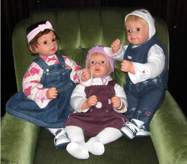 Drei Puppenfreunde auf dem Sessel